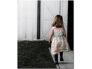 bambina-di-spalle
