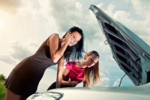 giovani-donne-con-la-macchina-rotta-su-una-strada