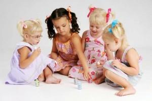 Bambine-giocano-con-gli-smalti