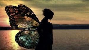 donna-con-ali-di-farfalla-in-riva-al-mare